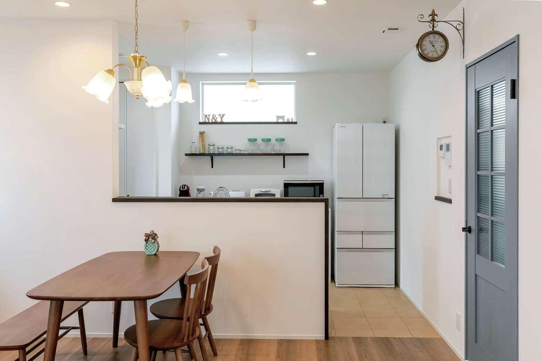 水野工務店【デザイン住宅、収納力、二世帯住宅】水色のリビングドアが差し色に。照明や掛け時計、チェッカーガラスも奥さまのこだわり