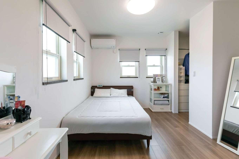水野工務店【デザイン住宅、収納力、二世帯住宅】爽やかな白で統一した子世帯の主寝室。収納も充実。上げ下げ窓もお気に入り