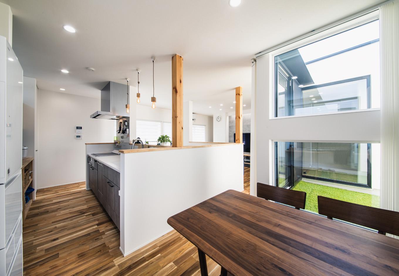 R+house藤枝(西遠建設)【1000万円台、趣味、建築家】アイランドキッチンの横にダイニング、階段を挟んだ正面にリビングを配置。回遊式の動線によって、リビングとダイニングのどちらにも食べ物や飲み物をラクに運ぶことができる