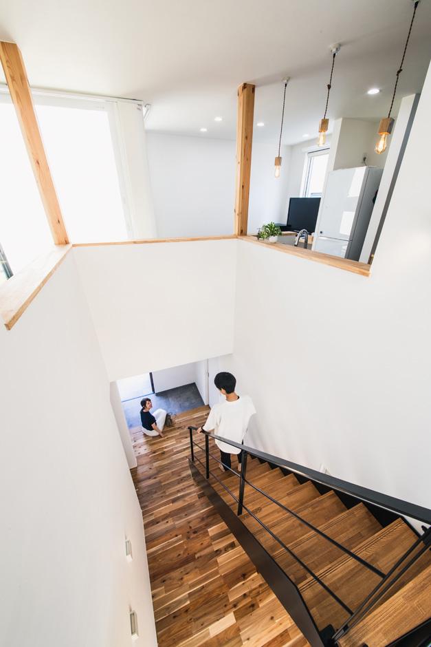 R+house藤枝(西遠建設)【1000万円台、趣味、建築家】白い壁が清々しい吹抜けの階段は、アイアンの手すりがアクセント。夫妻のお気に入りの空間