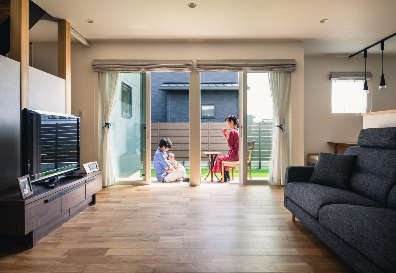 R+house藤枝(西遠建設)【省エネ、建築家、ガレージ】オークの無垢の床が温かみを感じさせるリビング。ウッドデッキとフラットにつながり、いっそう広々と家族時間を楽しめる