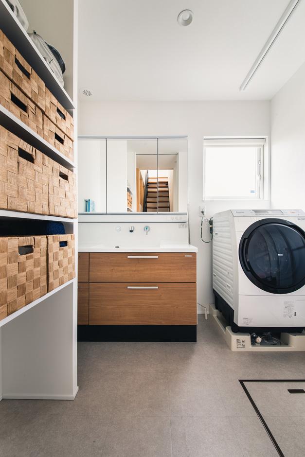 R+house藤枝(西遠建設)【省エネ、建築家、ガレージ】洗面・脱衣スペースには、室内干しと収納棚を設け、スペースにもゆとりを持たせてあるので、洗濯の家事が一か所でラクにできる