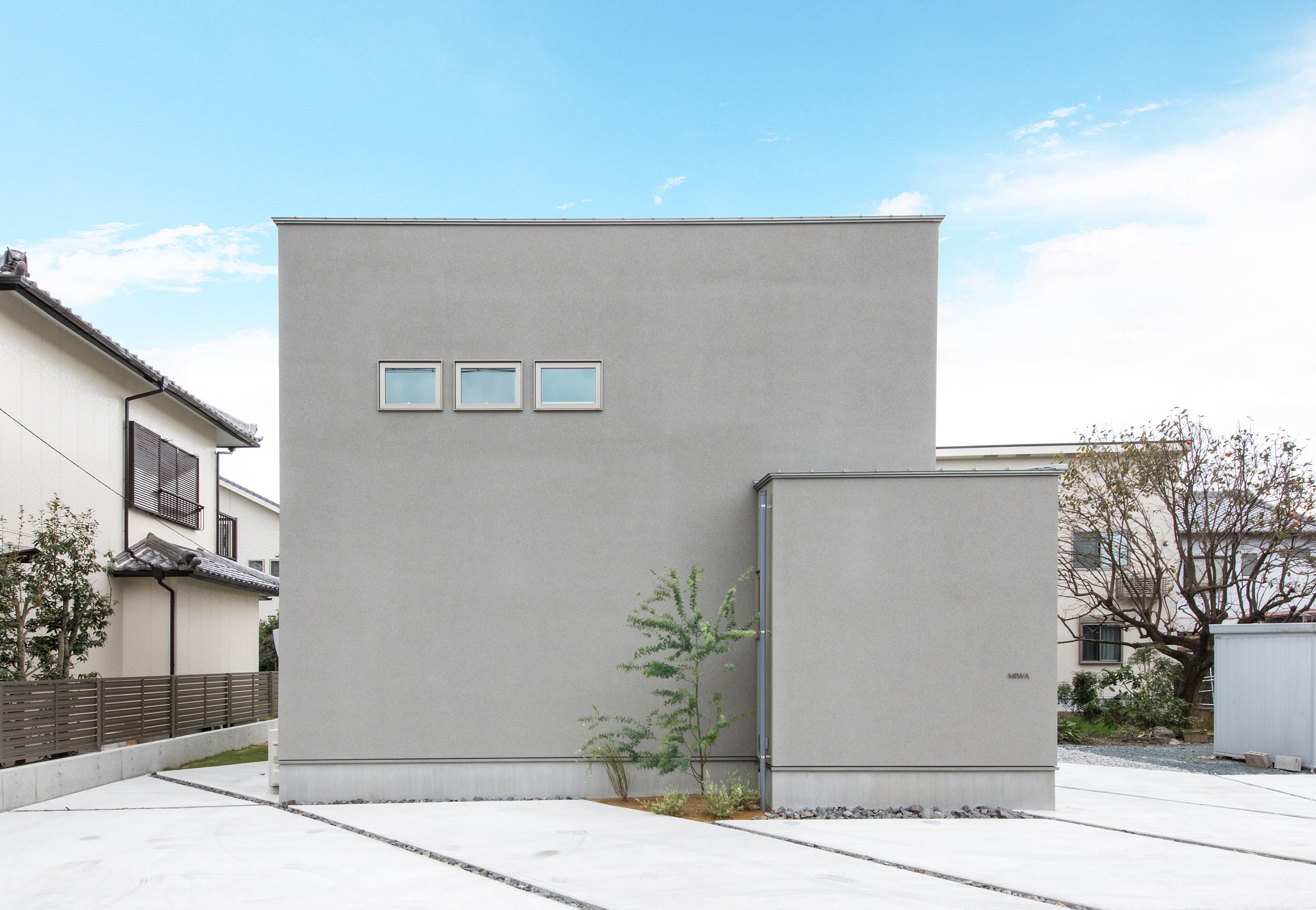 R+house藤枝(西遠建設)【デザイン住宅、建築家、インテリア】通路側からの視線を遮るように、玄関ポーチを壁で四角く囲ってあるため、大小の箱を2つ並べたような個性あふれるフォルムが実現。窓の配置も均整が取れて美しい