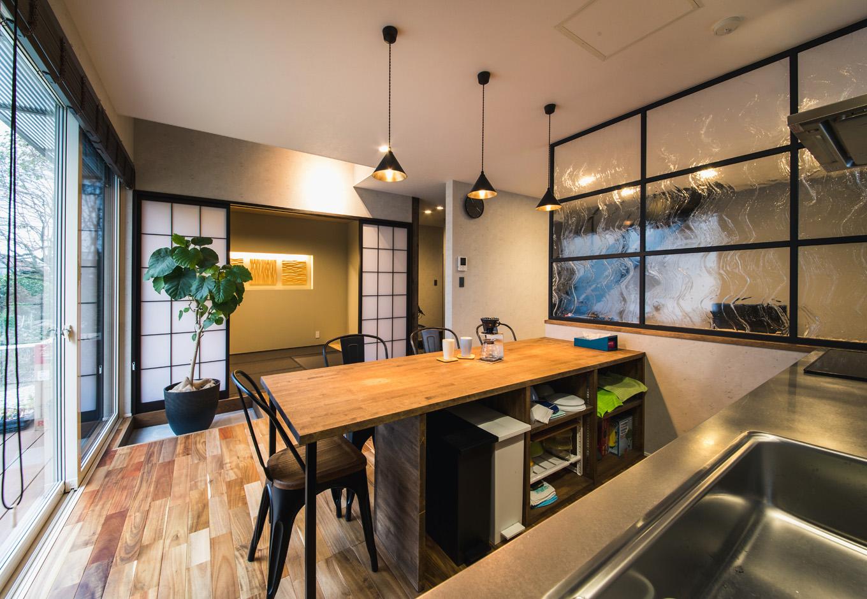 R+house藤枝(西遠建設)【デザイン住宅、建築家、インテリア】キッチン側から眺めたダイニングと和室。和室の奥やリビングまで見通せるので、家族がどこにいても気配を汲み取れる