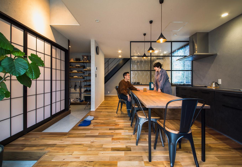 R+house藤枝(西遠建設)【デザイン住宅、建築家、インテリア】玄関から土間がLDKの奥まで続き、ダイニングと離れの和室をゾーニング。土間を接点に、インダストリアルな空間と和の空間が絶妙に融和している