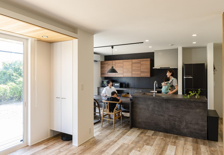 R+house藤枝(西遠建設)【デザイン住宅、間取り、建築家】アイランドキッチンはダイニングと一列に配置して、家事効率が格段にアップ。調理をしながら、家族とのなごやかな会話が弾む