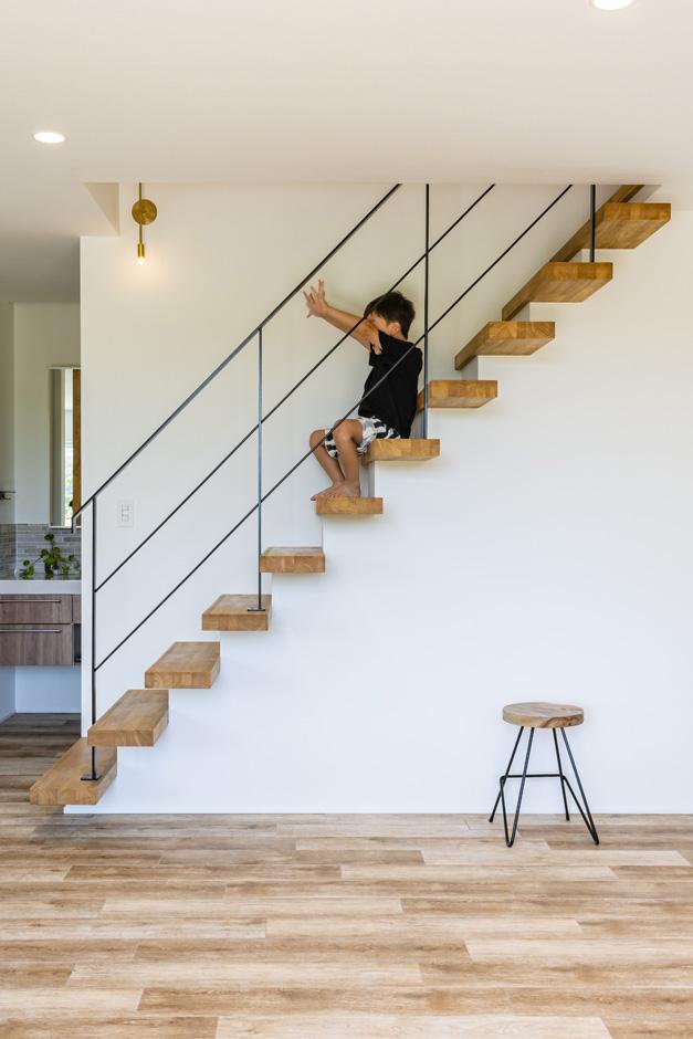 R+house藤枝(西遠建設)【デザイン住宅、間取り、建築家】踏板を壁からはみ出させた階段は、アイアンの手すりとの組み合わせで、オブジェのように個性的で美しいフォルムが実現