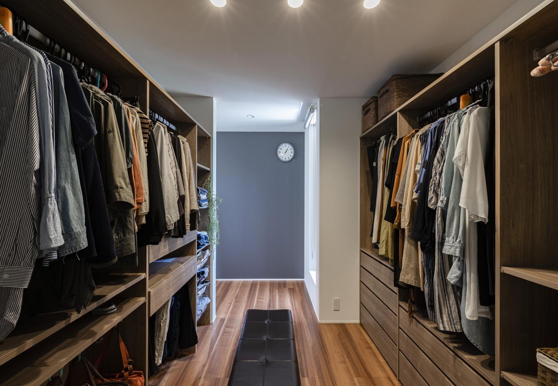 R+house藤枝(西遠建設)【デザイン住宅、間取り、建築家】寝室に設けたウォークインクローゼット。手持ちの服に合わせて、棚の高さや位置を細かく指定したので、セレクトショップのように整然とした美しさをキープできる