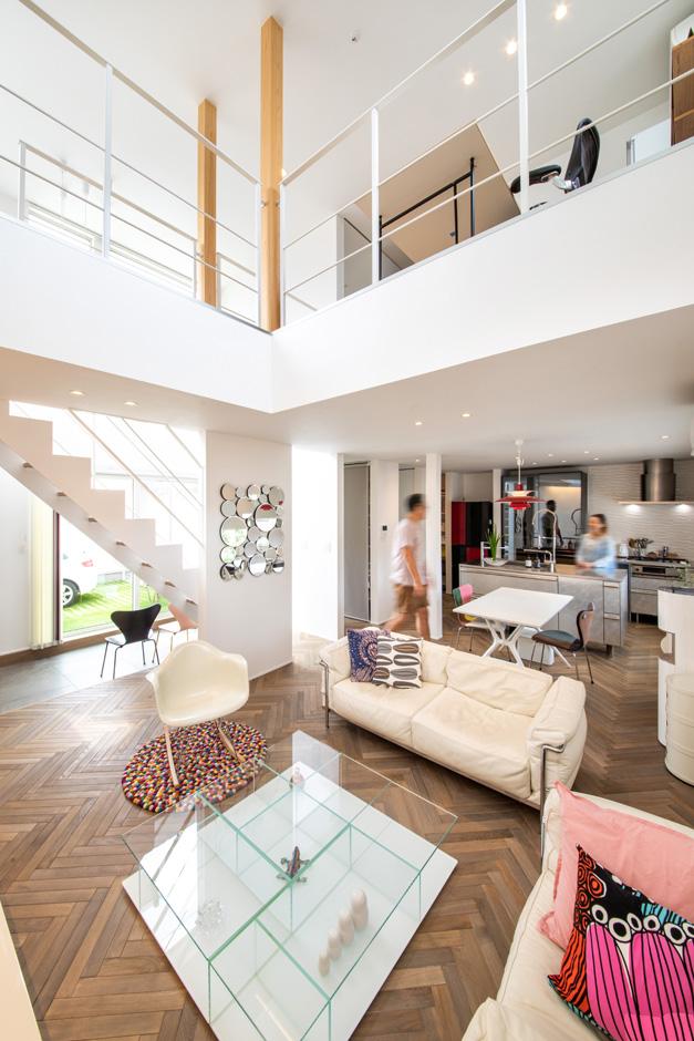 R+house藤枝(西遠建設)【趣味、建築家、インテリア】LDKは中庭と吹き抜けに視線が抜けて、開放感がいっぱい。ヘリンボーンの無垢の床が、こだわりの家具を引き立てている
