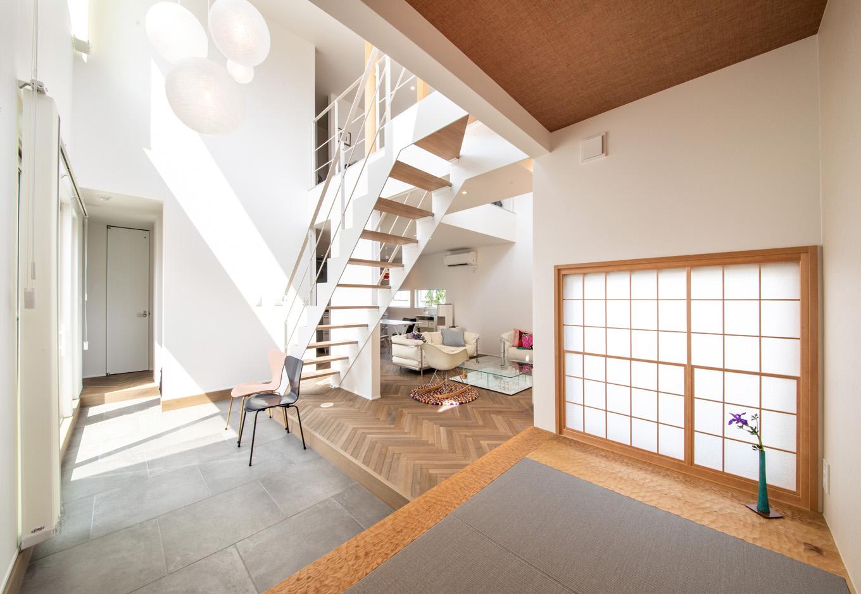 R+house藤枝(西遠建設)【趣味、建築家、インテリア】玄関土間はLDKと中庭の緩衝帯としての役割を果たし、中庭側に開口部を大きく設けてある。土間の奥には3畳分の畳スペースがあり、来客時に活躍