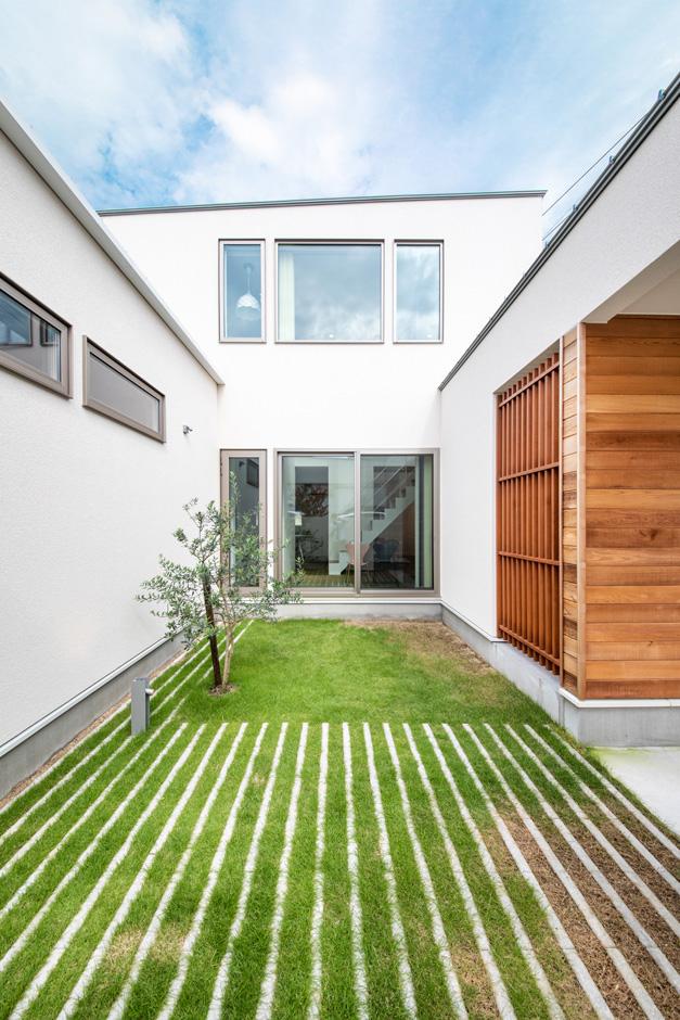 R+house藤枝(西遠建設)【趣味、建築家、インテリア】建物と壁で囲んだ中庭は、プライベートな時間を思いのままに過ごせる空間。建物の中庭側に開口部を大きく取ってあるので、室内まで明るさと開放感が行き渡る