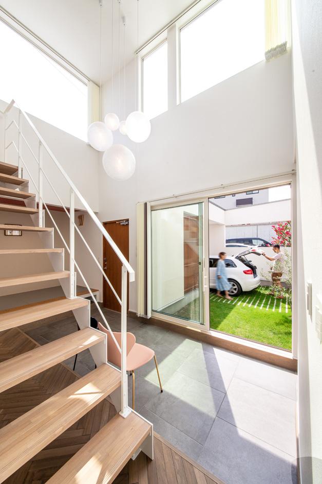 R+house藤枝(西遠建設)【趣味、建築家、インテリア】中庭と一体化した土間は、大勢のゲストを招いてのホームパーティやバーベキューでも大活躍。階段を上り下りするときも中庭の景色を眺められる