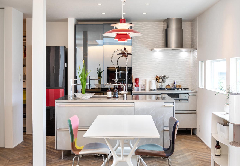 R+house藤枝(西遠建設)【趣味、建築家、インテリア】アイランドキッチンからはフロアのほとんどを見渡せる。キッチンの横にはパントリーもあり、ランドリーにも近いので、家事効率がアップ