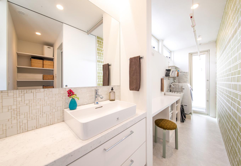 R+house藤枝(西遠建設)【趣味、建築家、インテリア】洗面室の奥には、細長い家事スペースを確保。室内干しがしやすく、アイロンがけができる造作のカウンターやスロップシンクも設置