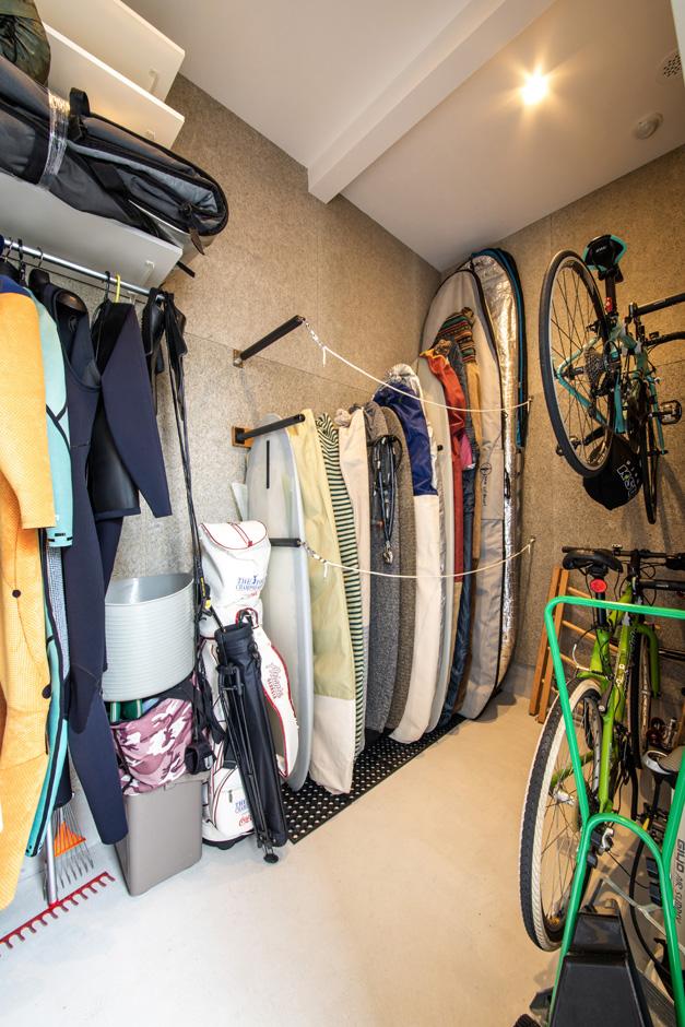 R+house藤枝(西遠建設)【趣味、建築家、インテリア】玄関収納には、サーフィンや自転車が趣味のご主人の荷物をまとめて収納。庭から直接出入りできるので、洗ったサーフボードをしまい込むのも便利