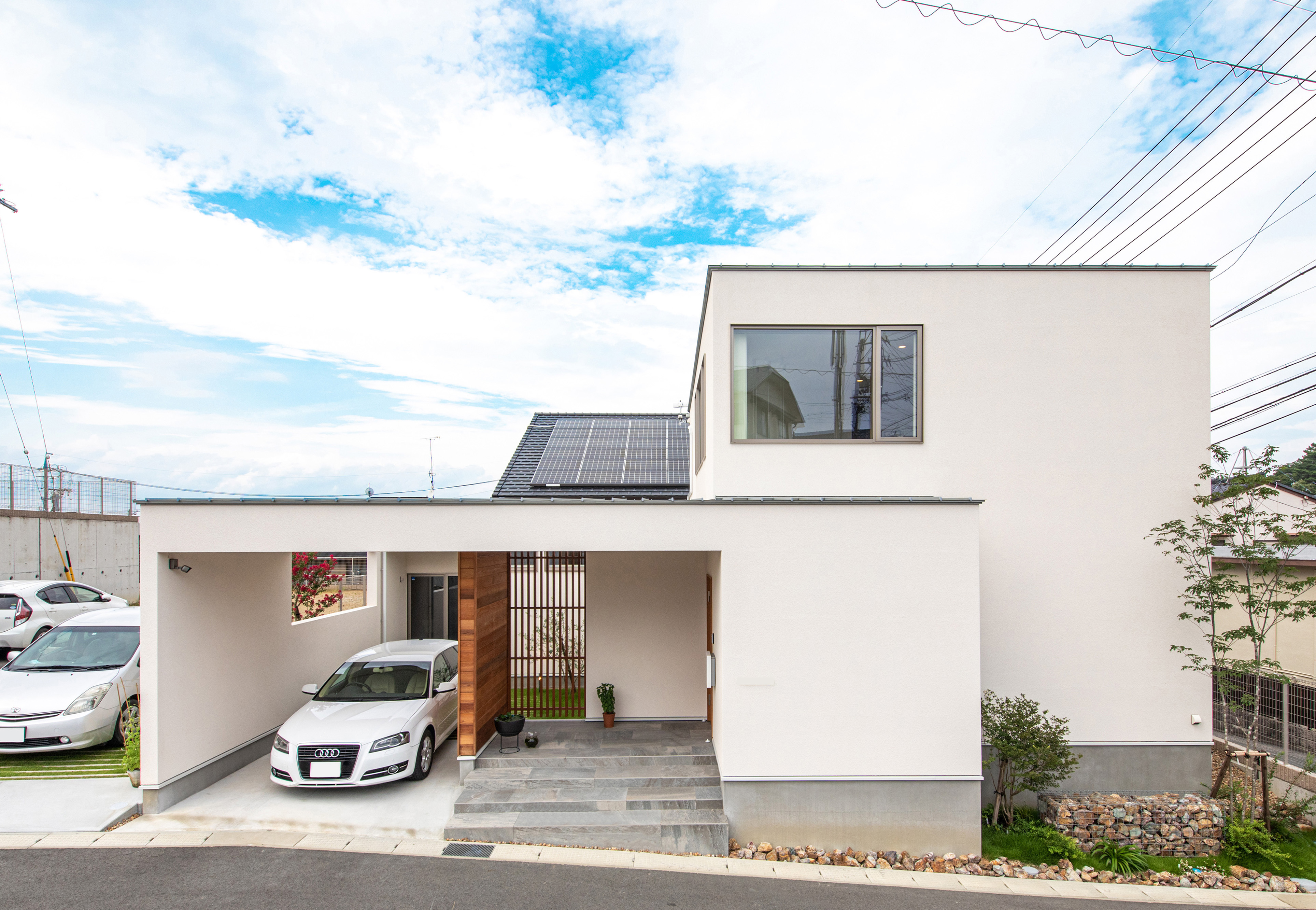 R+house藤枝(西遠建設)【趣味、建築家、インテリア】外観は、ガレージから中庭を囲む壁まで建物と一体化させたデザイン。均整の取れたフォルムがスタイリッシュで印象的