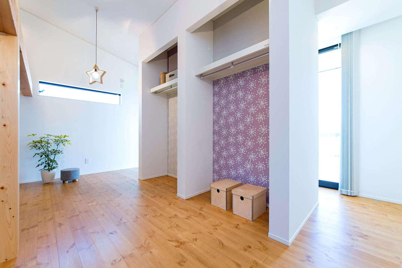 みずしまの家/水嶋建設【子育て、間取り、平屋】将来的に2間に分けることもできる子ども部屋。勾配天井を活かしてロフトも設けた。クローゼットの裏は室内干しスペースに