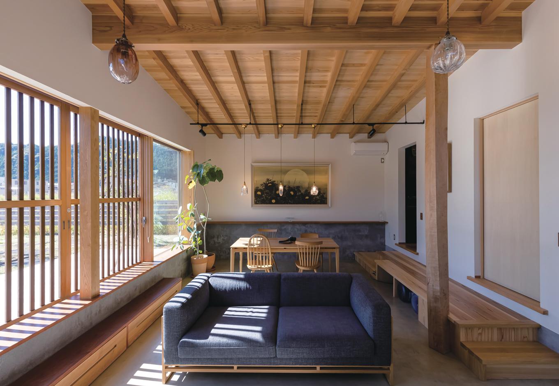 石牧建築【趣味、自然素材、平屋】フロアダウンさせたコンクリート仕上げのリビングダイニング。奥の白い壁に、奥さまの実父である日本画家・栗原幸彦氏の絵を季節ごとに飾る。天井の現しの梁は、天竜杉の節をくりぬいて使った「芯去材」で、丸太を1本無駄なく使いきった