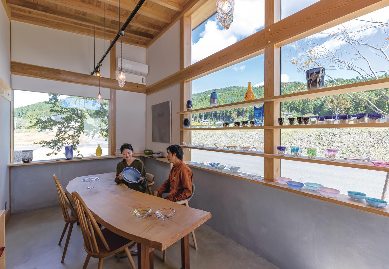 石牧建築【趣味、自然素材、平屋】奥さまの作品が美しく並ぶギャラリースペース。『石牧建築』の施工力によって、これほどたくさんの窓ガラスを使いながら耐震等級3を取得した