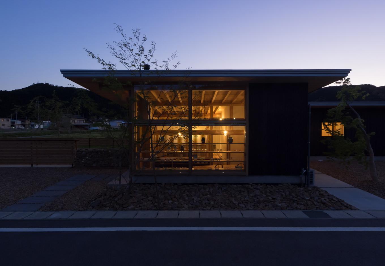 石牧建築【趣味、自然素材、平屋】トワイライトの田園地帯に美しく浮かび上がるK邸。窓ガラスを通して光がゆらゆら揺れる様子をイメージした外観は「tayutau-hut」のネーミングにぴったり