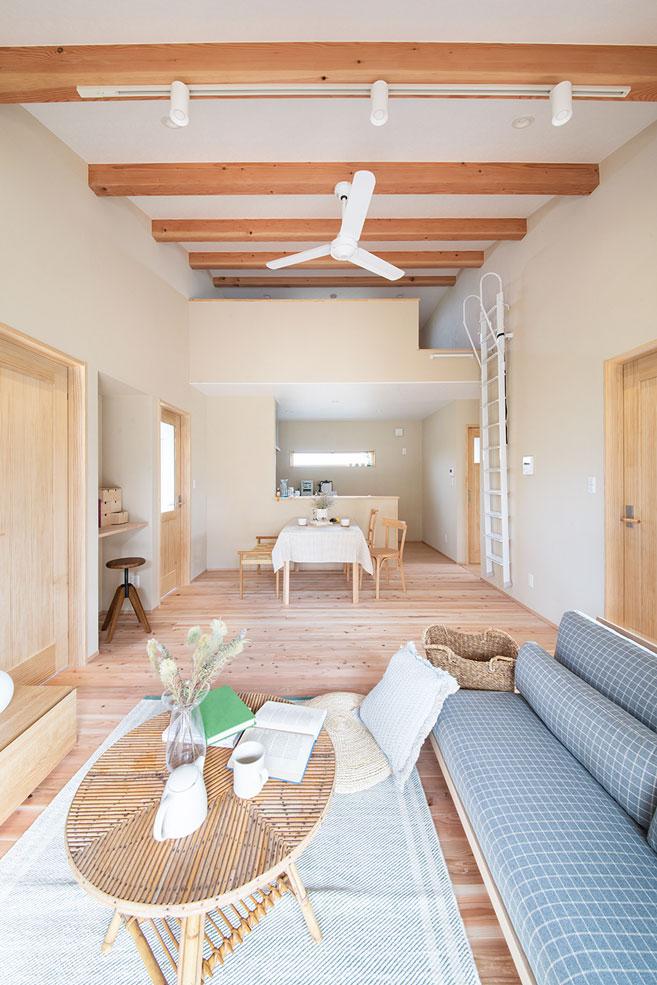 しんせつハウス【磐田市福田中島・モデルハウス】スギの無垢の床と漆喰の塗り壁が織りなすシンプル&ナチュラルなリビングダイニング。等間隔に並んだ天井の化粧梁が奥行き感を強調し、空間に広がりを感じさせる