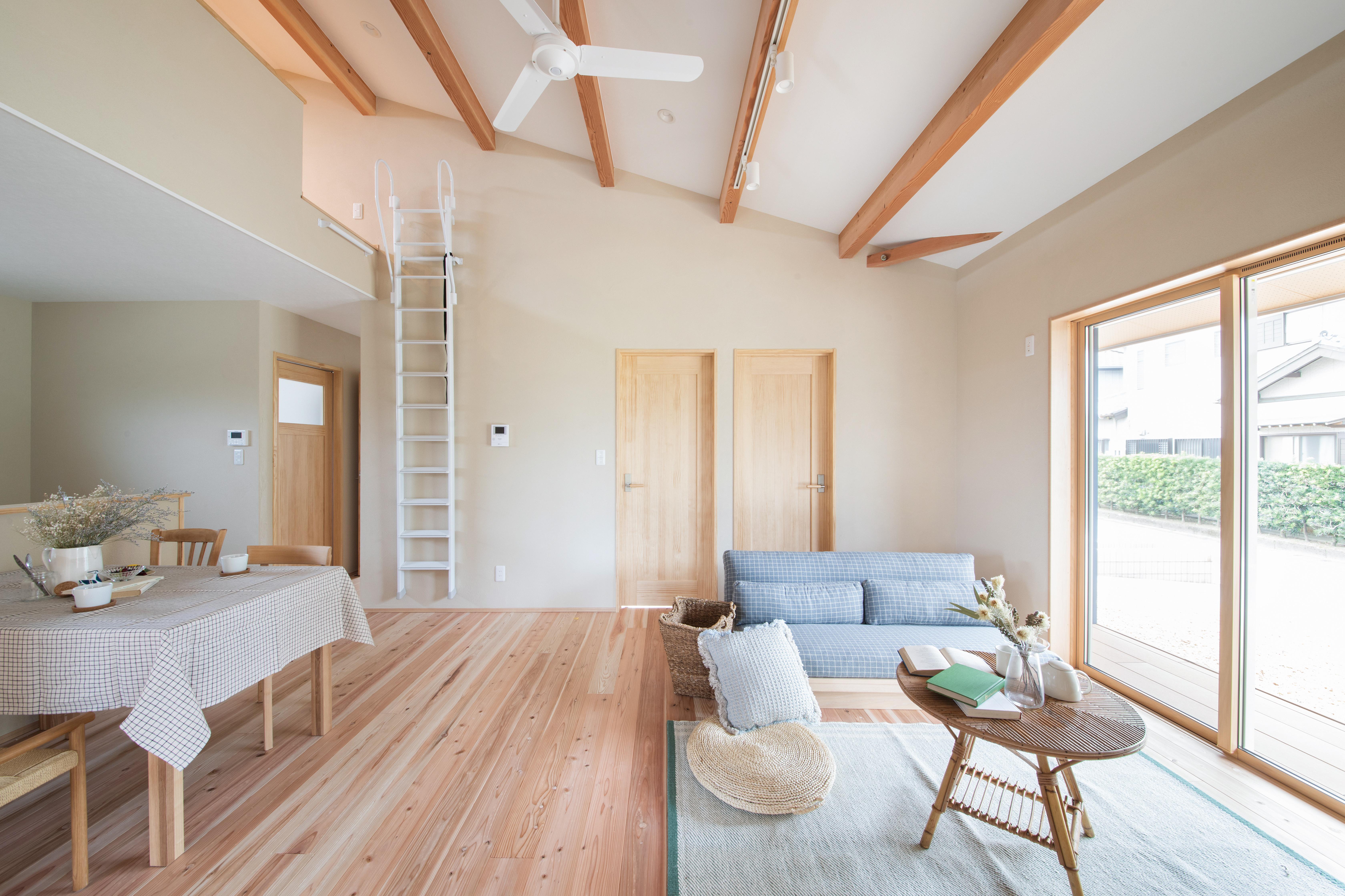 しんせつハウス【磐田市福田中島・モデルハウス】リビングの奥には子ども部屋が2部屋あり、必ずLDKを通って行き来するため、家族のコミュニケーションを自然とはぐくめる。ロフトには壁付けの白い梯子を使って上がれるようになっている
