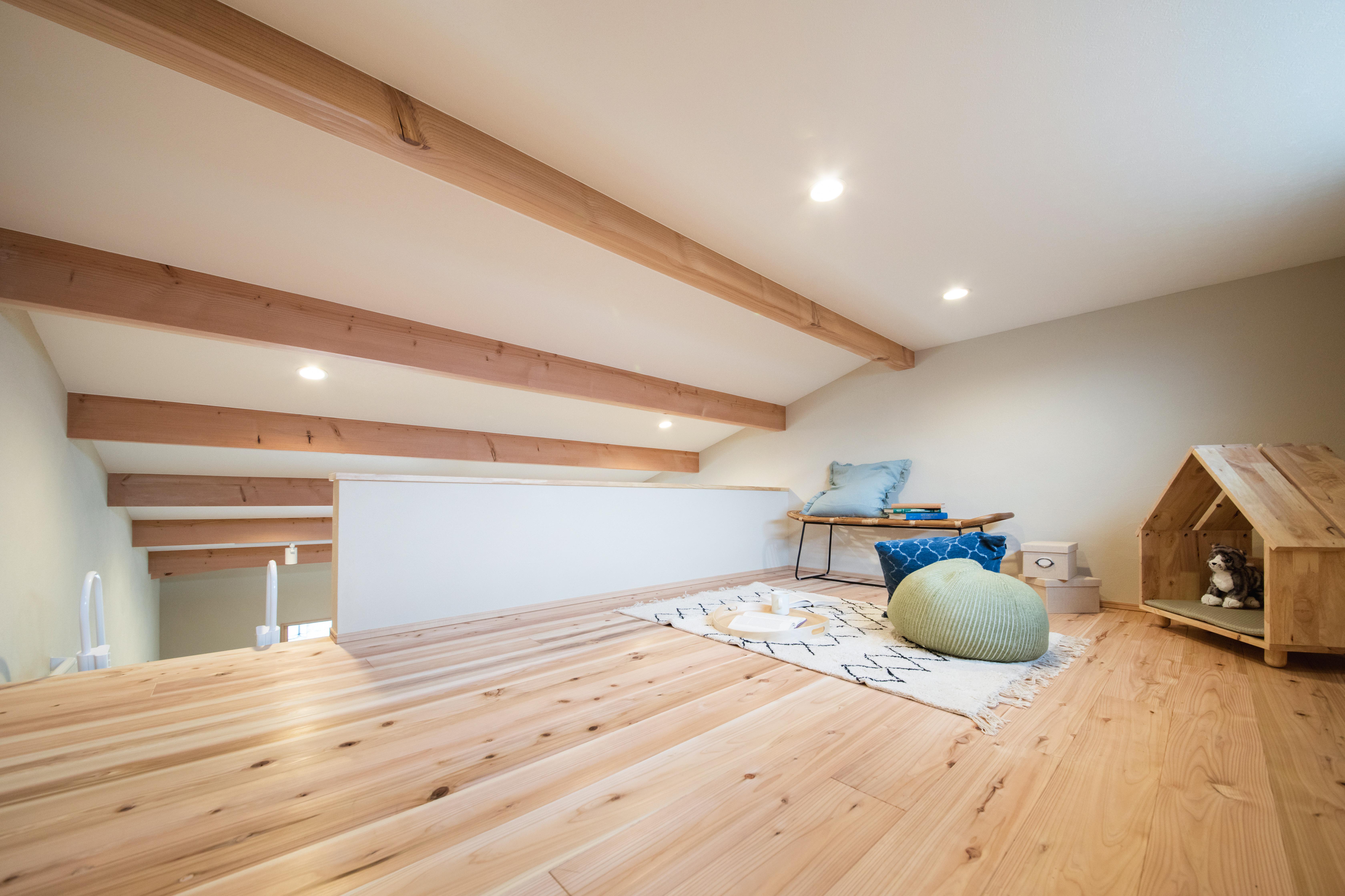 しんせつハウス【磐田市福田中島・モデルハウス】梯子を上るとロフトに到着。スギの無垢の床に直に座ると、温かみと柔らかさが伝わってきて、なんとも心地よい。趣味の空間やミニ書斎、子どもの遊び場など、多目的に利用できる