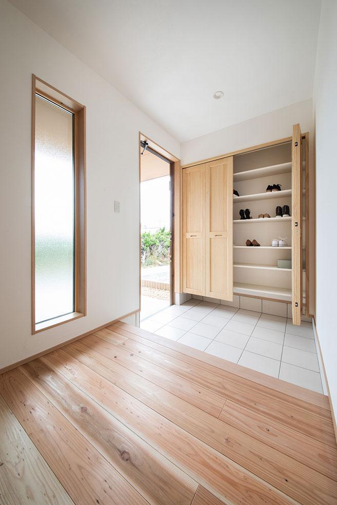 しんせつハウス【磐田市福田中島・モデルハウス】玄関にはシューズクロークがあり、家族全員分の靴や外遊びのおもちゃ、アウトドアグッズなどをまとめて収納