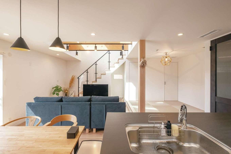 イデキョウホーム【デザイン住宅、省エネ、インテリア】存在感のあるオープンキッチンは、ワークトップに熱やキズに強いセラミックトップを使用したLIXILの「リシェル」。家族の様子を見ながら料理できる位置に配置した