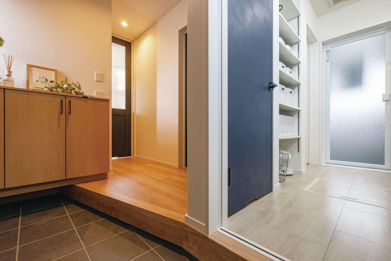 イデキョウホーム【デザイン住宅、省エネ、インテリア】玄関ホールから直接アクセスできる洗面脱衣室と浴室。部屋干しスペースも備え、さらにウォークインのファミリークローゼットにも隣接しているので、洗う・干す・しまうが1か所で完結できる