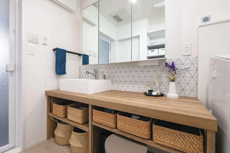 イデキョウホーム【デザイン住宅、省エネ、インテリア】収納BOXのサイズに合わせて造作した洗面台。パウダーコーナーも併設。タイルがアクセントに