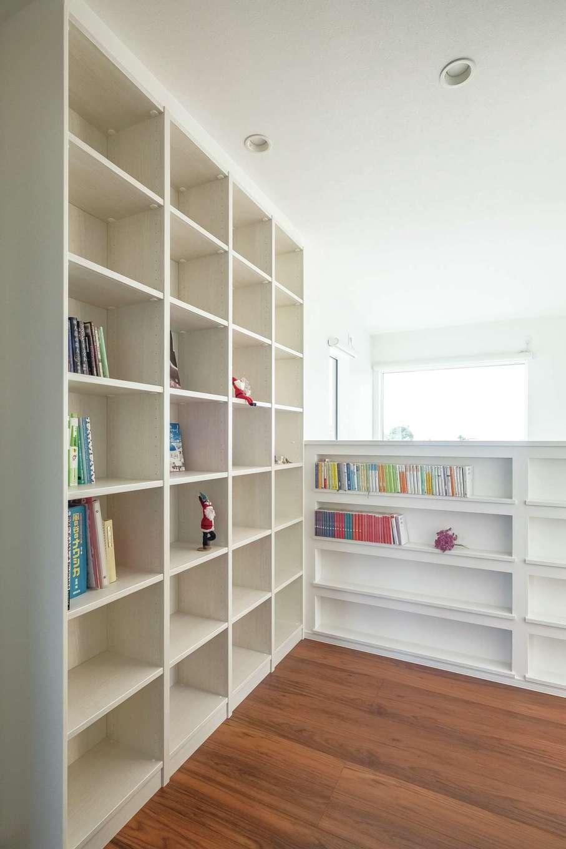 イデキョウホーム【デザイン住宅、省エネ、インテリア】2階のフリースペースに書棚を造作し、ファミリーライブラリーに