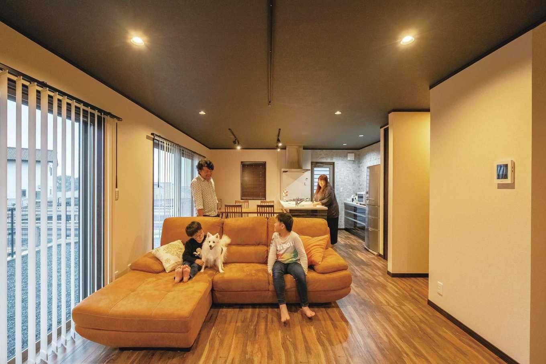 IDK 住まいの発見館【デザイン住宅、子育て、ペット】暮らしにできるだけ光と風を採り入れられるようにと何度も吟味されたLDK。家族のつながりも重視したポイントで、キッチンに立つ奥さまのもとには、リビングで過ごす家族の様子はもちろん、玄関の出入り、階段の上り下り、さらには庭で遊ぶ愛犬モコちゃんの姿も運ばれる。照明は数や配置から、ライティングレールの位置や方向まで丁寧に検討されている