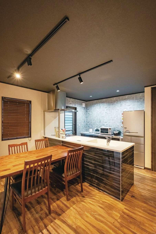 IDK 住まいの発見館【デザイン住宅、子育て、ペット】吊り戸棚をやめることで、すっきり広々。クロスを変え、穏やかに役割を分けている。キッチンは夫妻の身長にあわせ、使いやすい高さに