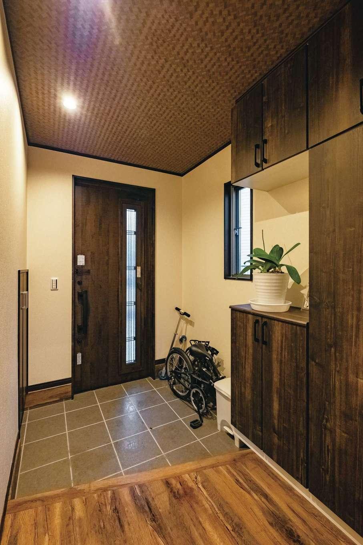 IDK 住まいの発見館【デザイン住宅、子育て、ペット】玄関から、和モダンを意識したコーディネートがなされている。階段下も有効に使われ、収納を用意