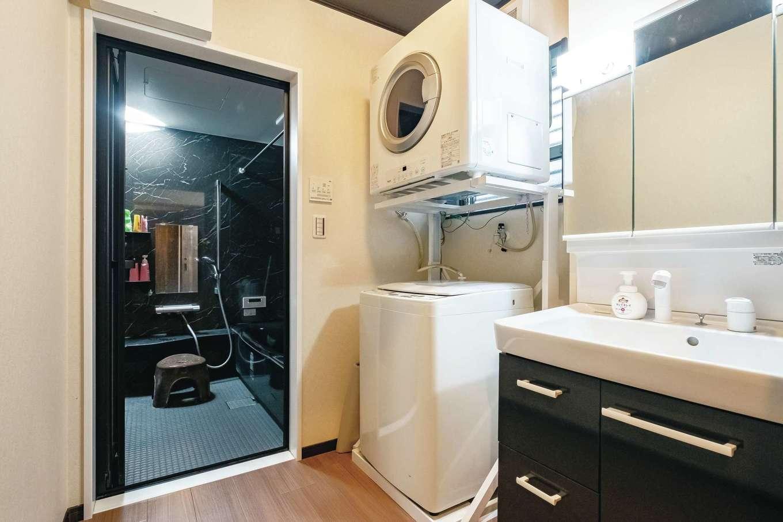 IDK 住まいの発見館【デザイン住宅、子育て、ペット】キッチン近くに水回りをまとめ、家事効率を高めた。建築費用を抑えられた分、ガス式の衣類乾燥機や憧れていたブラックの浴槽など、他社では難しかった設備機器を採用できた