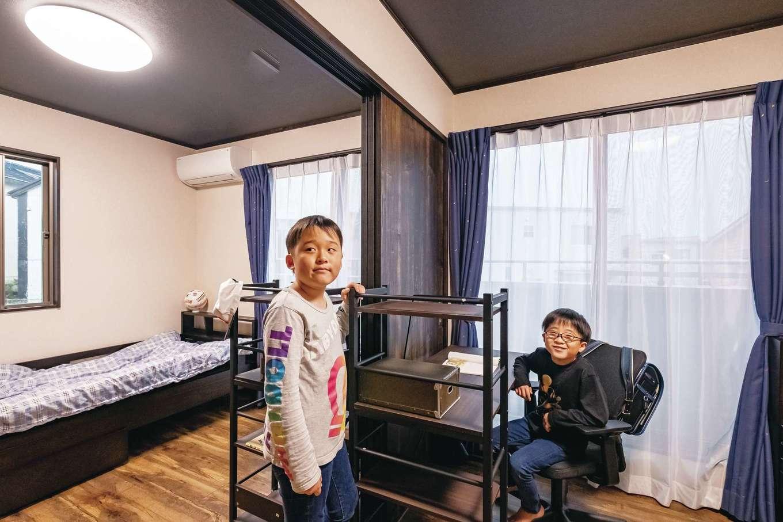 """IDK 住まいの発見館【デザイン住宅、子育て、ペット】小学校5年と2年の兄弟の部屋は、完全な個室ではなく、間仕切りで分けたりつなげたりできるスタイルに。「本当に個室が必要な時期はそれほど長くないので、""""その後""""のことまで考慮しました」とご主人。進学や独立で部屋が空いた場合には、つなげて広く使うもよし、趣味の部屋などに転換するもよし。将来、結婚して同居となった場合のことまで想定されている。テイストも、いつまでも使えるようなシンプルなコーディネートでまとめられた。"""