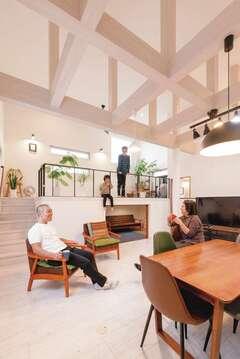 """開放感あふれる2階リビング """"haco""""の中に巣ごもりする家"""