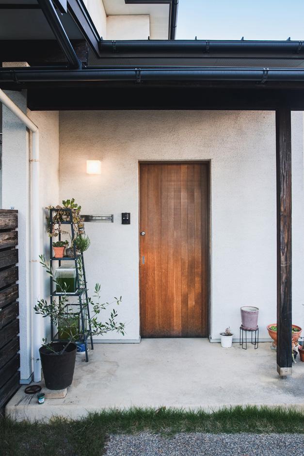 入政建築|建具類はすべて『入政建築』の造作。木製の玄関ドアもオリジナルで、塗り壁とのバランスもいい