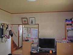 リビングとキッチンは壁で仕切られ、それぞれが8畳ほど。収納も少なくモノを置く場所が足りない