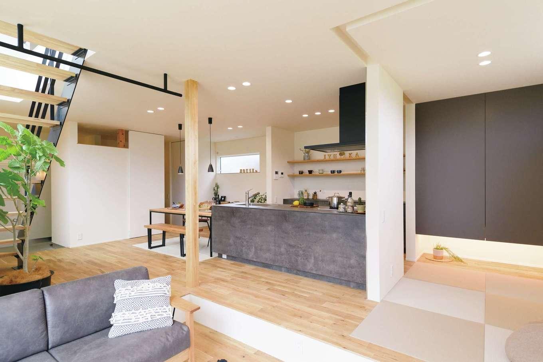 住家 ~JYU-KA~【デザイン住宅、間取り、建築家】明るいオーク材に合わせて白とグレーを基調にしたLDK。天井にはアイアンバーも取り付け、子どものブランコを吊る楽しい未来の予定も。奥さまお気に入りの造作オリジナルキッチンは、OB宅を見学し実際の使い心地や便利なオプション情報も聞き、細部にまでこだわりを盛り込んだ。畳コーナーにはロールスクリーンを取り付け、空間を仕切ることも可能