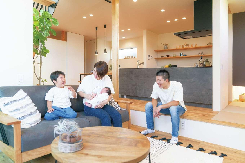 """住家 ~JYU-KA~【デザイン住宅、間取り、建築家】家族が一緒に過ごす時間は""""おこもりリビング""""で。中庭や階段の吹き抜けからも日差しが差し込む、休日の指定席だ。ダウンフロアにしてぐるりと囲まれることで、包まれているような安心感からごろごろしながらリラックスできる"""