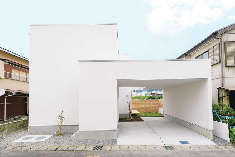 住家 ~JYU-KA~【デザイン住宅、間取り、建築家】プライバシーが守られる外観。駐車場に車を置けば、中庭もプライベート空間に