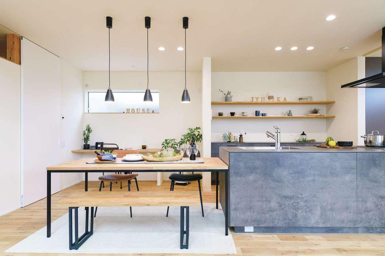 住家 ~JYU-KA~【デザイン住宅、間取り、建築家】カフェのようなキッチン。見せて収納する壁のシェルフがおしゃれ。ダイニングスペースにもカウンターデスクを造作。子どものスタディコーナーやパソコンスペースに