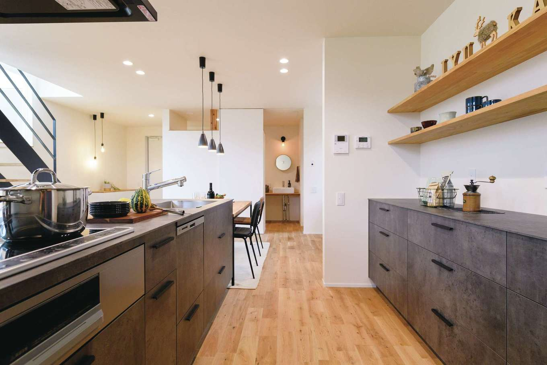 住家 ~JYU-KA~【デザイン住宅、間取り、建築家】キッチンの向こうはシューズクロークから続く家族の玄関ホール。家に入ったらまず手洗いができる動線に