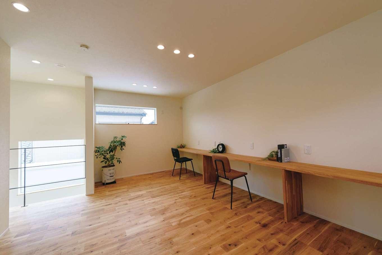 住家 ~JYU-KA~【デザイン住宅、間取り、建築家】デスクを造作した大空間のフリースペース。最大3室の個室にもなる仕様