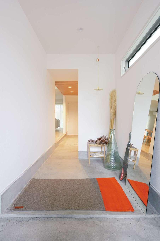 ハートホーム【デザイン住宅、趣味、間取り】3cmほど段差をつけて、より広く見えるように設計された玄関ホール。目線が奥へ奥へと抜けていき、開放感がある