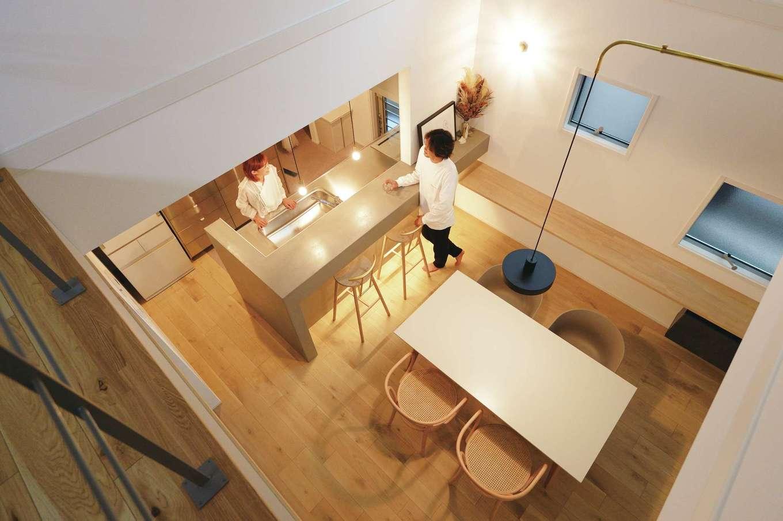 ハートホーム【デザイン住宅、趣味、間取り】空中廊下から1階を見下ろす。夕食後はキッチンがバーカウンターに早替わり