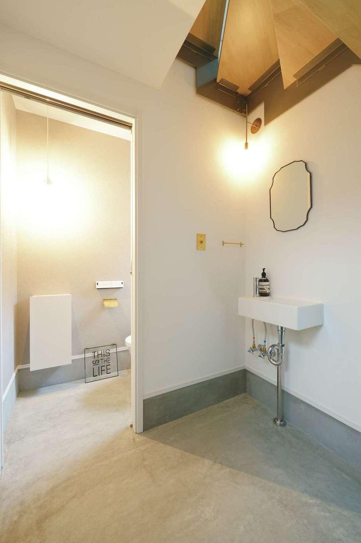 ハートホーム【デザイン住宅、趣味、間取り】土間の奥に造作した無機質なデザインの洗面コーナー