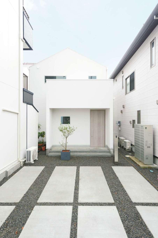 ハートホーム【デザイン住宅、趣味、間取り】屋根も外壁も白を採用した外観。三角屋根と四角いファサードの対比が美しい。約50坪の細長い土地形状を上手に活かして、風通しと採光を確保した